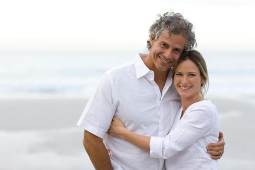 Desiderio ed erezione: nell'immagine un uomo e una donna di mezza età si abbracciano sulla spiaggia.
