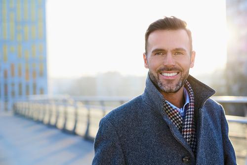 Fragilità maschile: nell'immagine un uomo sui sui 40 anni sullo sfondo di una metropoli moderna