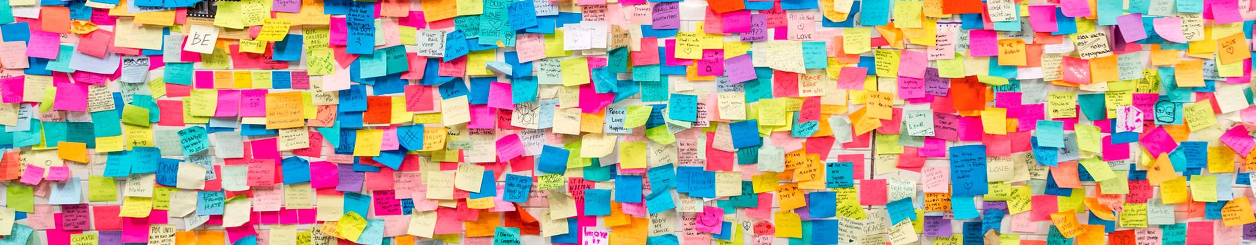 Concorso 500 scuse per invitare a fare l'amore: nell'immagine una parete addobbata con post-it colorati