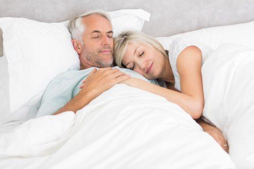 Disfunzione erettile - intervista al Prof. Emmanuele A. Jannini: nell'immagine una coppia dorme serenamente abbracciata
