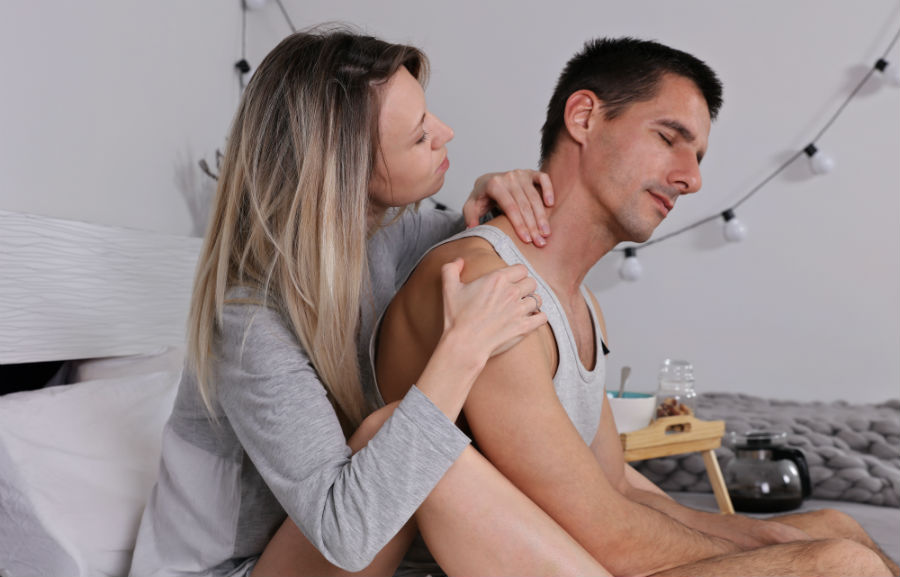 Una donna esegue un massaggio sensuale al partner