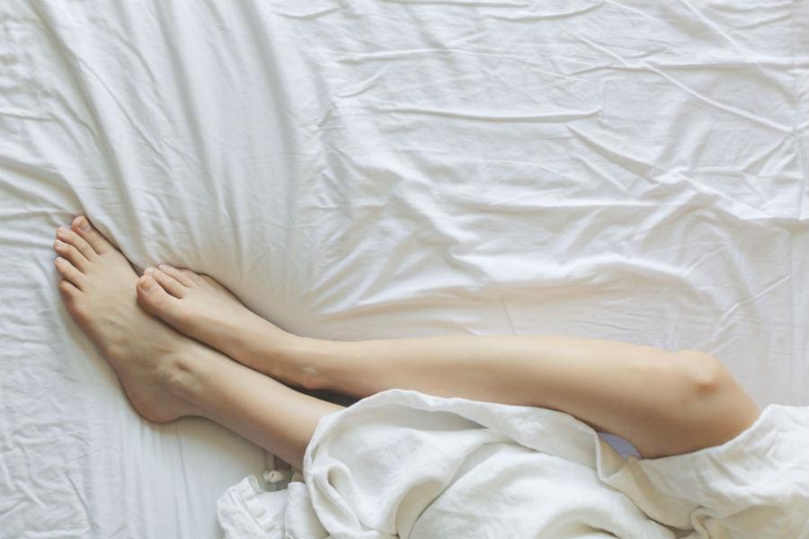 Fantasie sessuali: nell'immagine piedi di donna su un letto