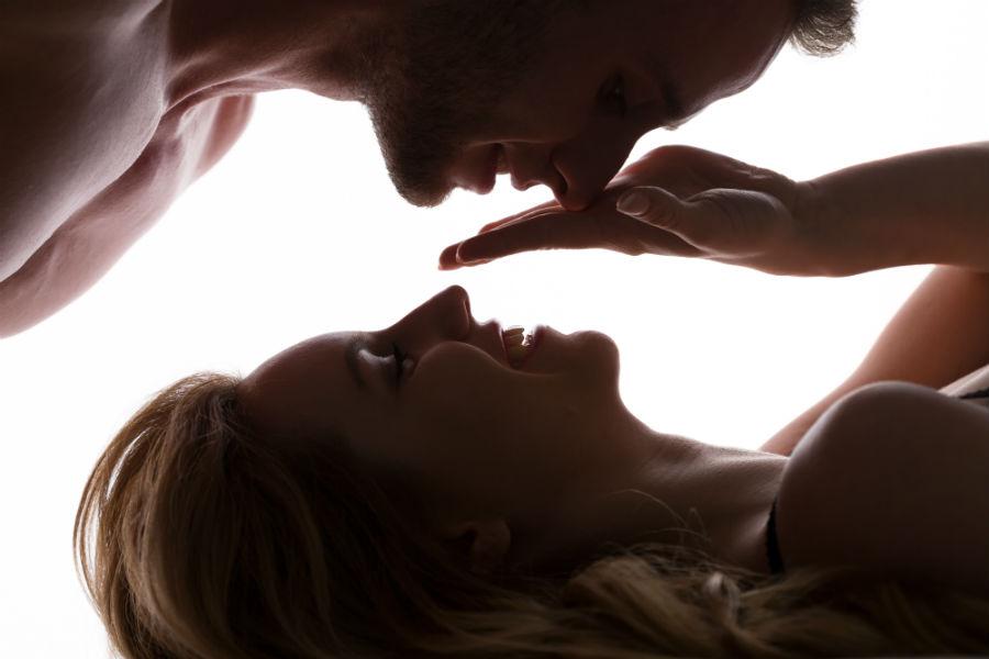 Karezza, una tecnica del sesso tantrico: nell'immagine una coppia si guarda teneramente