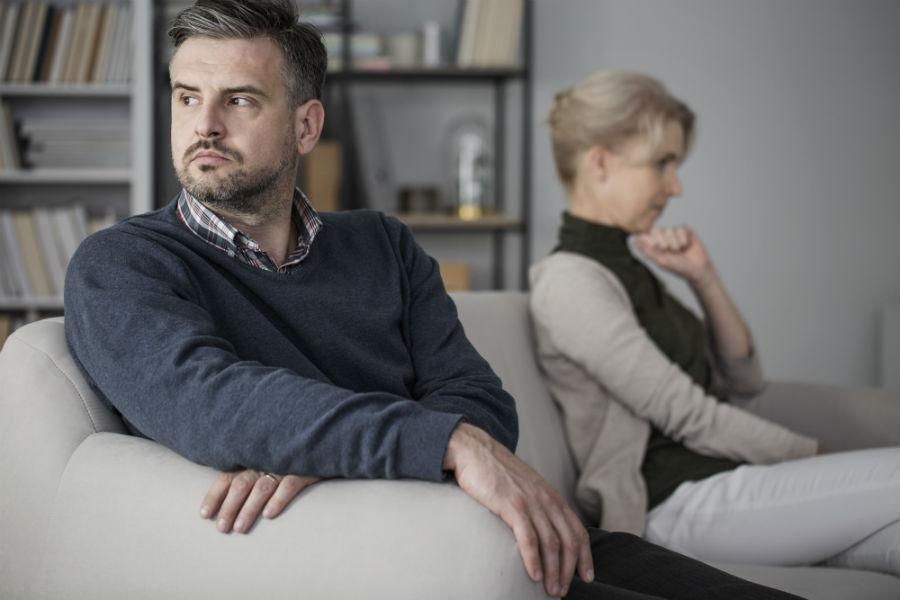 coppia in crisi seduta sul divano