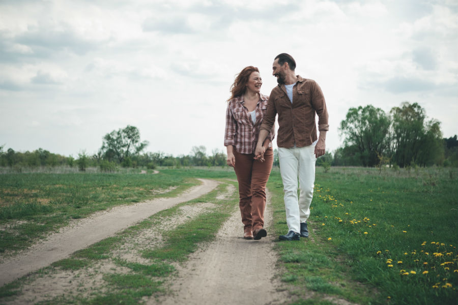 una coppia passeggia in mezzo alla natura